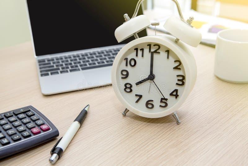 Классические часы стола, современная таблица офиса с оборудованием стоковое изображение