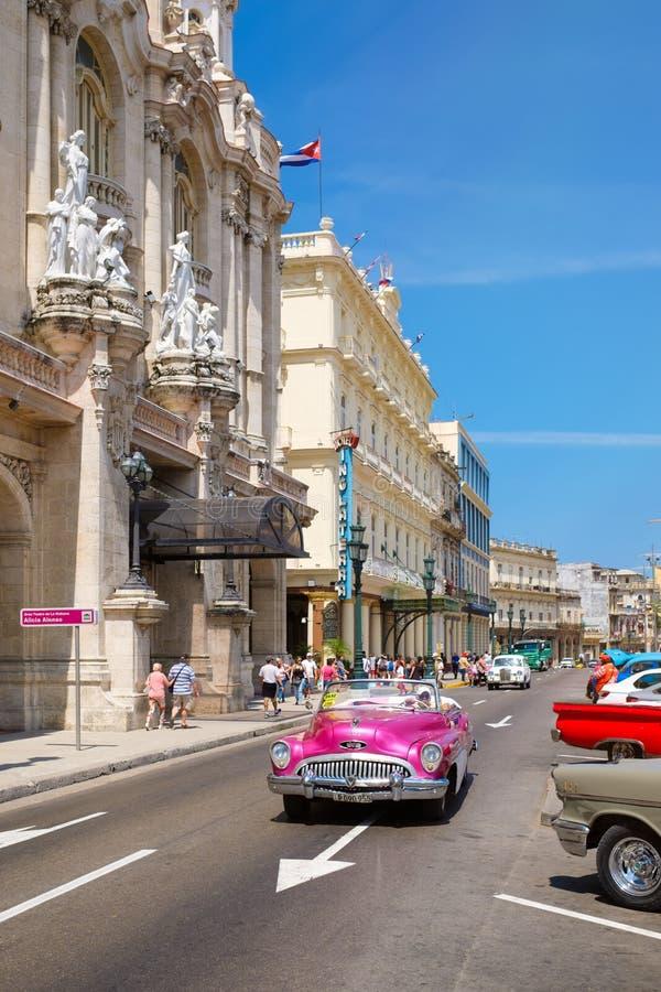 Классический автомобиль рядом с большим театром и известными гостиницами в старой Гаване стоковая фотография rf