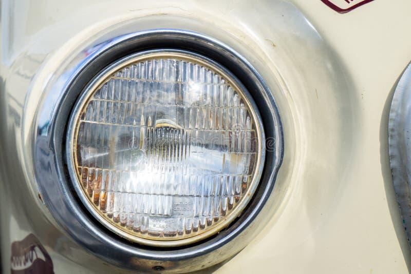 Классический автомобиль с концом-вверх на фарах или лампе фары стоковое изображение