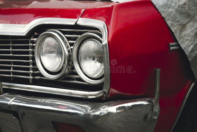 Классический американский автомобиль ретро под чемоданом автомобиля на улице Бампер и фары красного винтажного автомобиля стоковое изображение rf