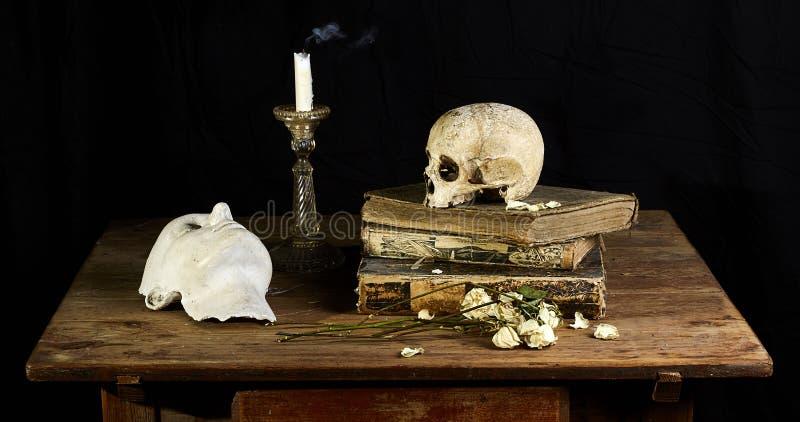 Классический барочный натюрморт в стиле Vantias с черепом и Смерт-маска на черной предпосылке стоковые изображения