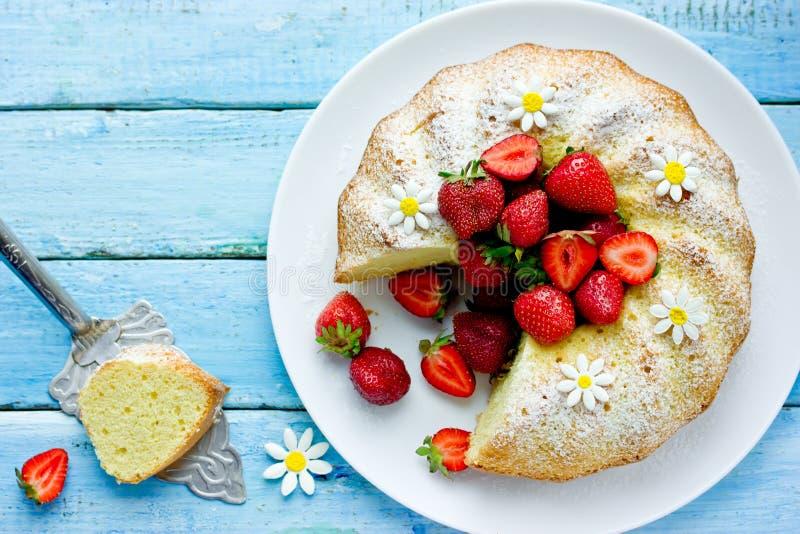 Классический ванильный торт bundt с клубниками и напудренным сахаром стоковые фото