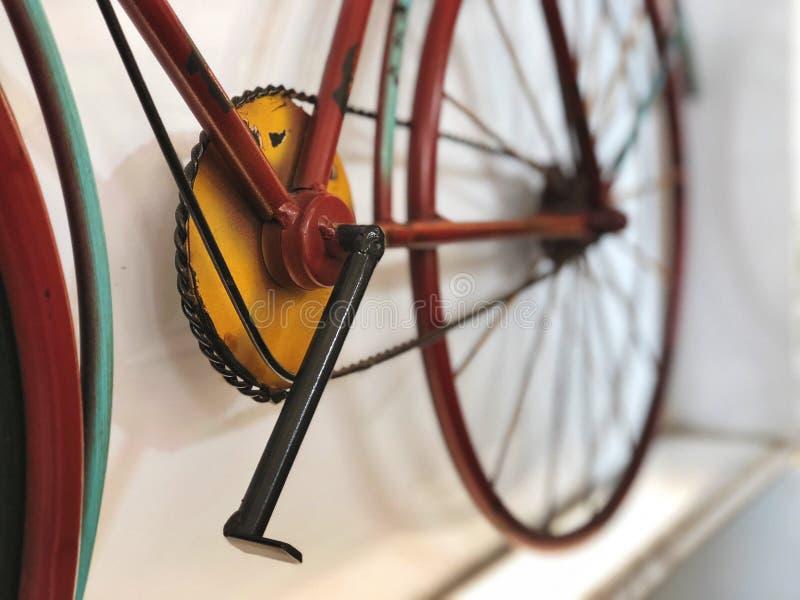 Классический велосипед для домашнего украшения, винтажного стиля, естественного света стоковые изображения rf