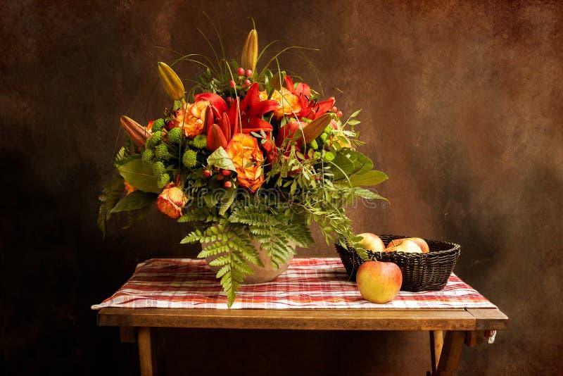 Классический винтажный натюрморт с букетом цветков и яблок стоковое фото