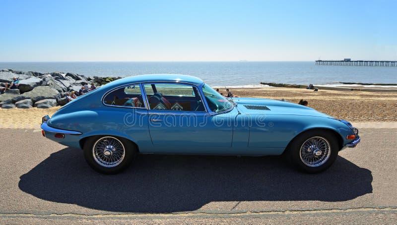 Классический голубой тип автомобиль ягуара e припаркованный на прогулке набережной стоковая фотография rf