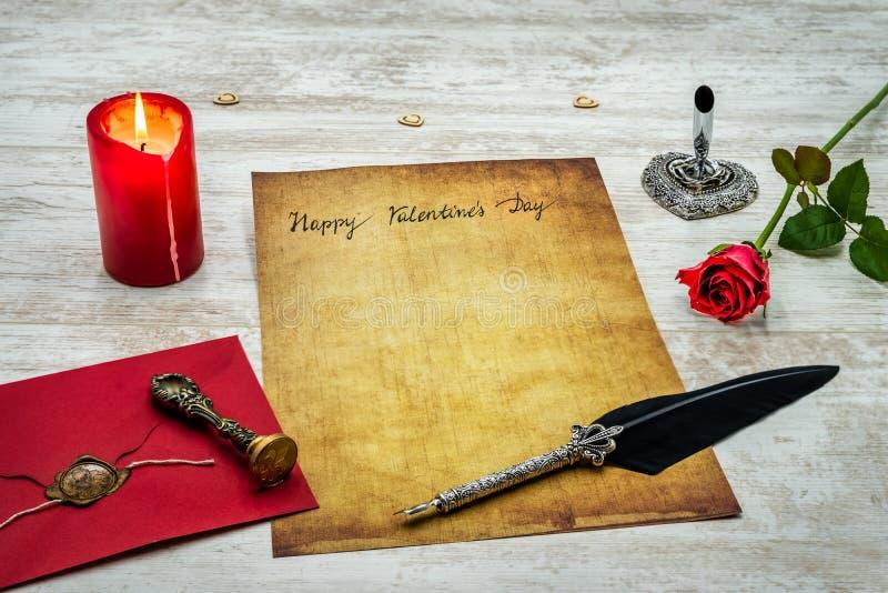 Классический день Валентайн cad с декоративными quill и стойкой, красным цветом охватывает с уплотнением воска, красной свечой и  стоковая фотография rf