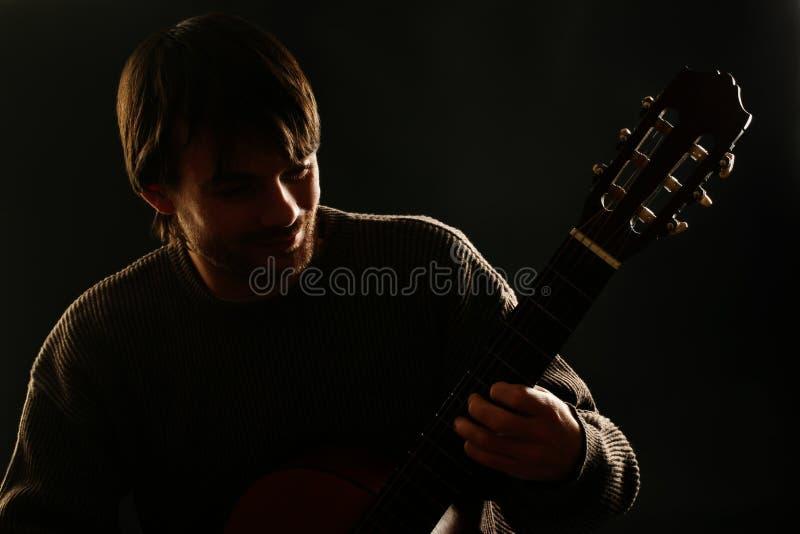 классический игрок гитары играть гитариста акустической гитары стоковое фото