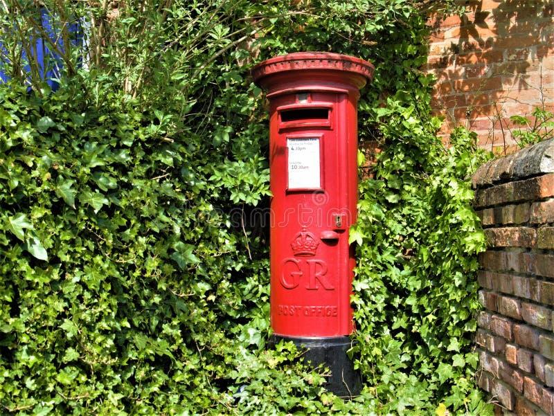 Классический красный королевский Postbox почты стоковое изображение