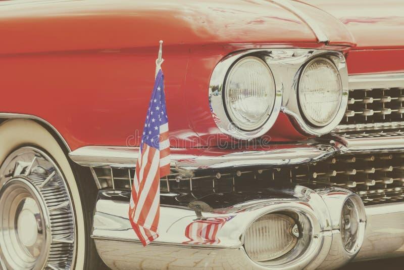 Классический красный фронт старого автомобиля с американским флагом стоковая фотография rf