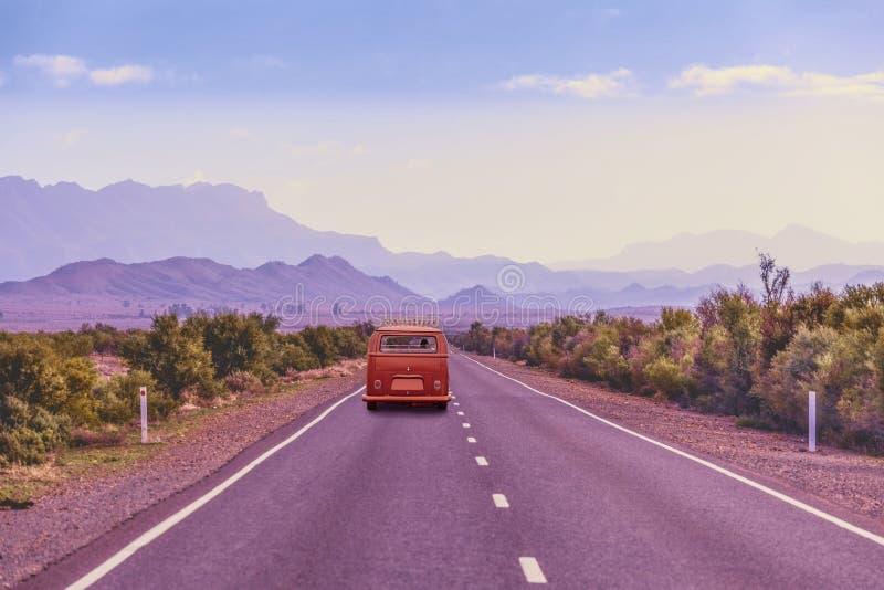 Классический минифургон управляя на сельской дороге стоковое фото rf