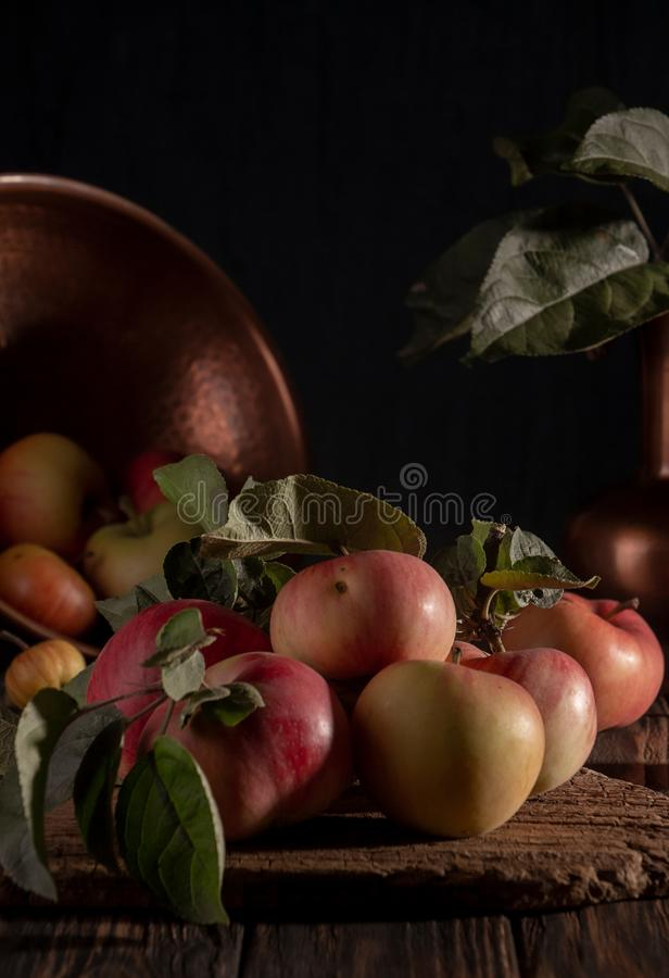 Классический натюрморт с органическими естественными яблоками и винтажное украшение бондаря на старой деревенской деревянной пред стоковое фото