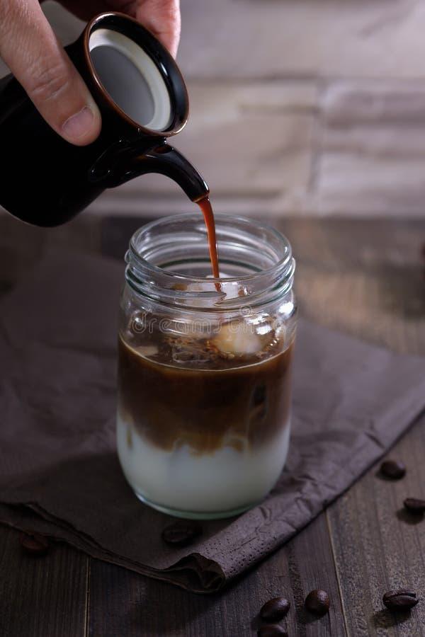 Классический натюрморт с рукой льет молоко к стеклянному bott стоковые изображения rf