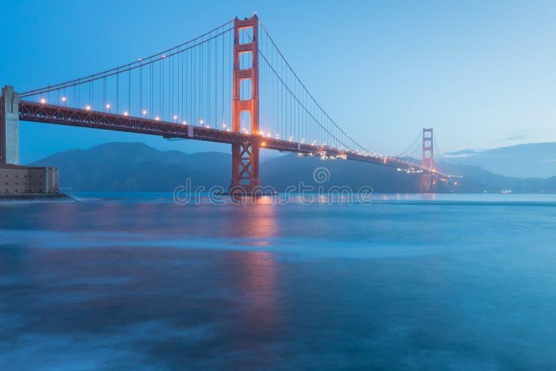 Классический панорамный вид известного моста золотых ворот увиденного от гавани Сан-Франциско в красивом выравниваясь свете на су стоковые фотографии rf
