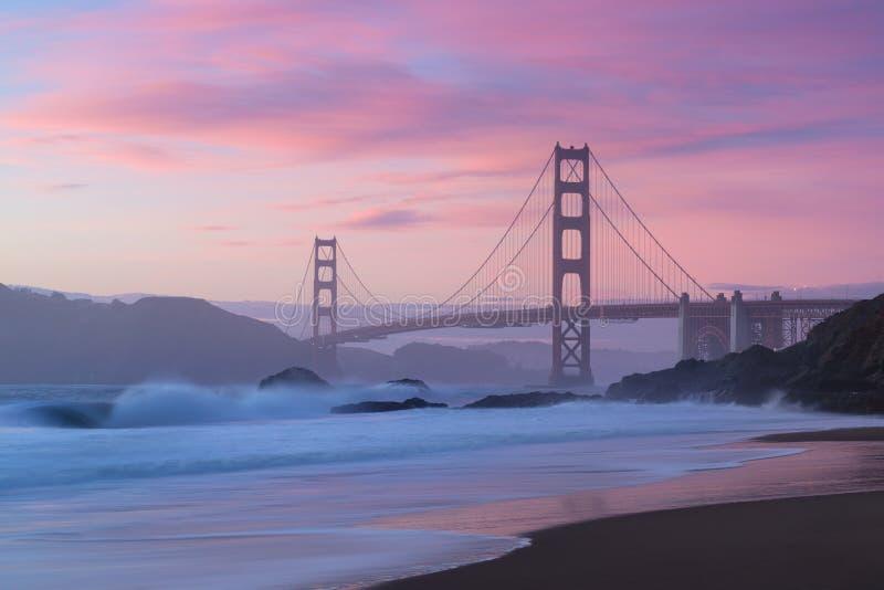 Классический панорамный вид известного моста золотых ворот увиденного от сценарного пляжа хлебопека в красивом золотом выравнивая стоковые изображения rf