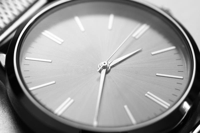 Классический стальной крупный план наручных часов стоковое изображение
