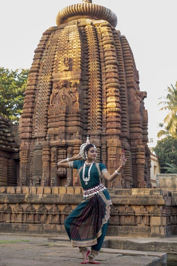 Классический танцор Odissi смотрит зеркало на виске Mukteshvara, Bhubaneswar, Odisha, Индии стоковое фото
