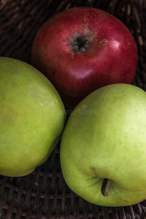 Классический фотоснимок натюрморта яблок в деревянной корзине стоковые изображения rf