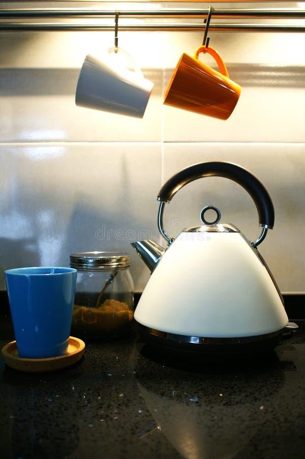 Классический чайник в современной кухне стоковая фотография rf