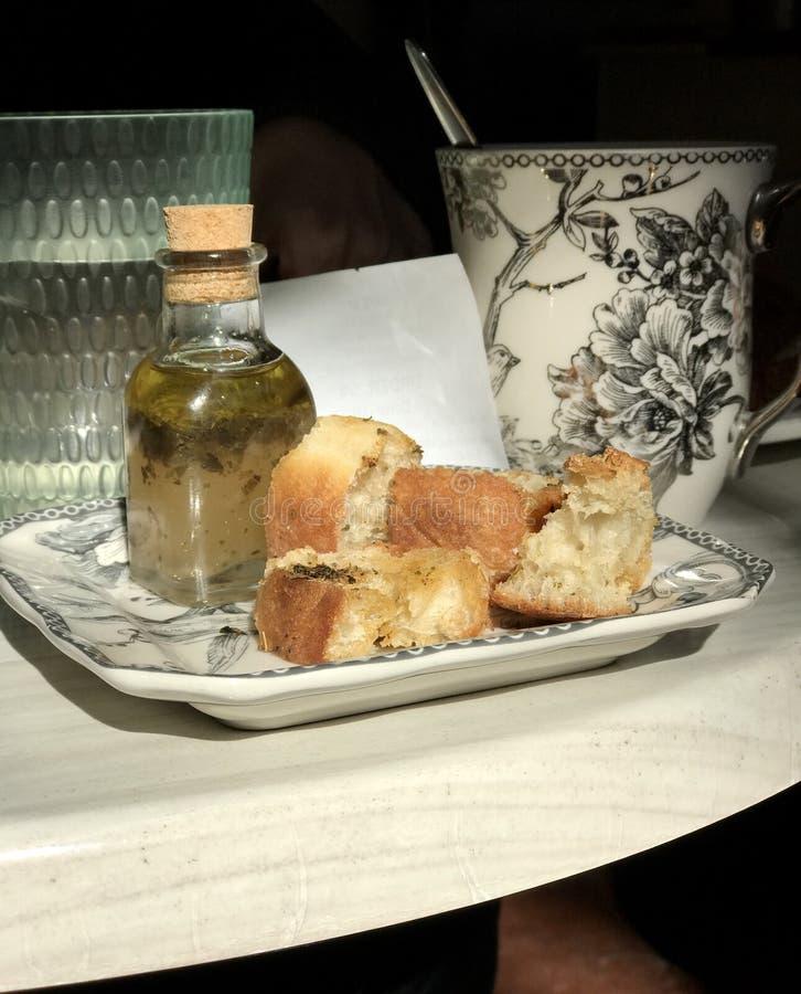 Классическое представление хлеба и масла в парижском кафе стоковая фотография rf