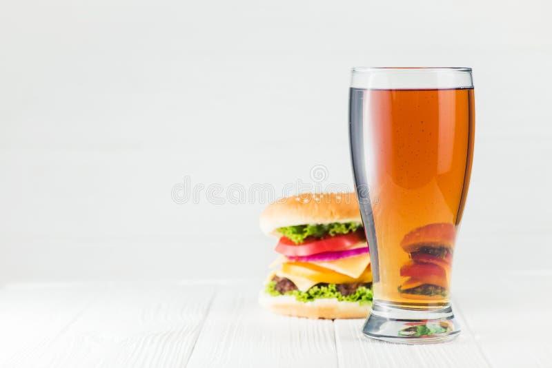 Классическое стекло бургера и пива стоковые изображения