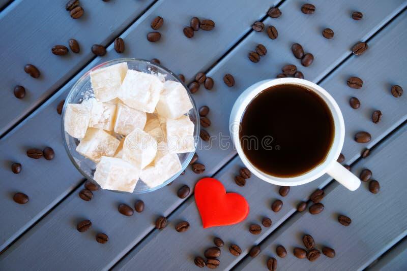 Классическое традиционное rahat турецкого наслаждения - восточная кружка деликатеса с кофе, зажаренными в духовке зернами и красн стоковое изображение