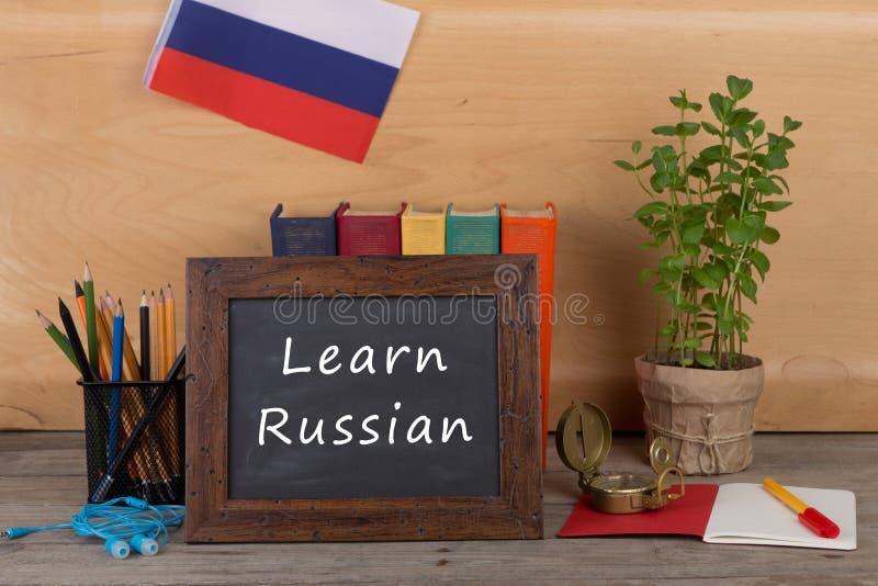классн классный с текстом & x22; Выучите француза! & x22; , флаг Франции, книги, карандаши, компас стоковое изображение