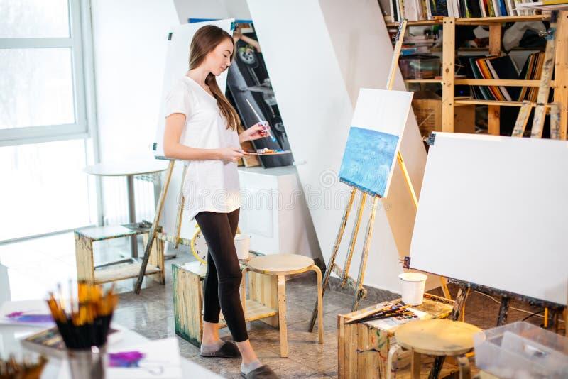 Классы терапией искусства в мастерской стоковая фотография rf
