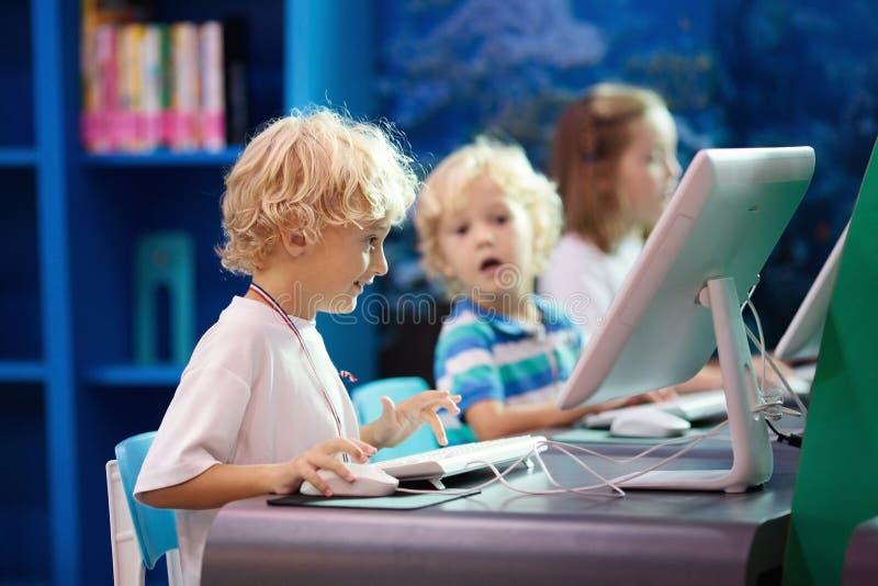 Класс компьютера для детей школы Дети изучают стоковое фото