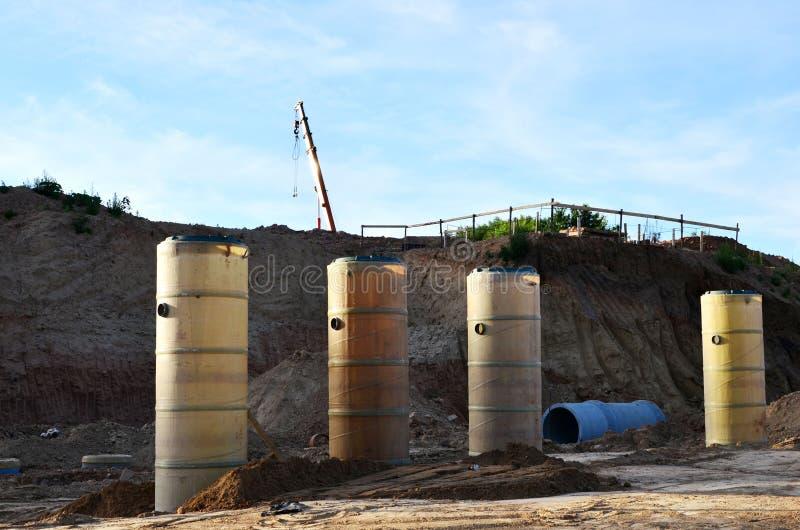 Класть или замена подземных канализационных трубов шторма Установка водопровода, санитарной сточной трубы, осушительных систем шт стоковая фотография