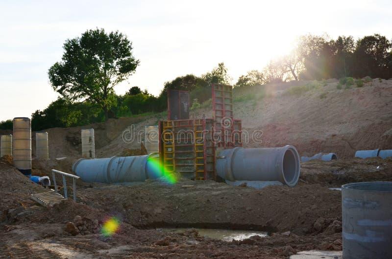 Класть или замена подземных канализационных трубов шторма Установка водопровода, санитарной сточной трубы, осушительных систем шт стоковая фотография rf