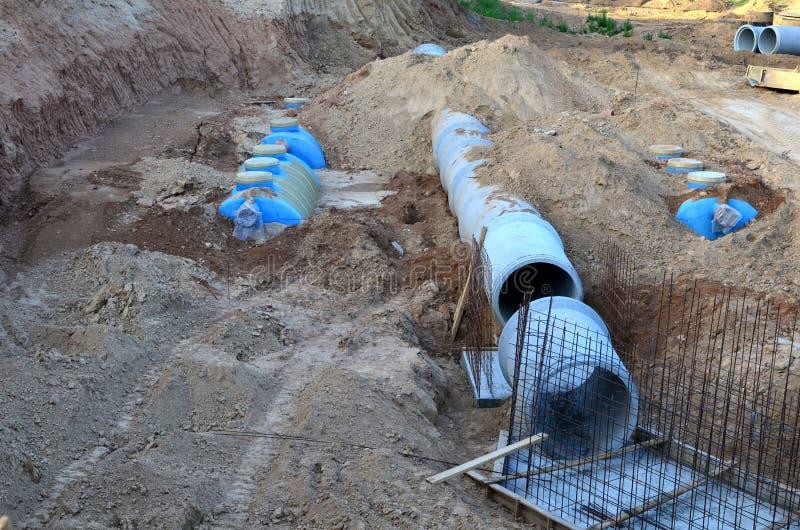 Класть или замена подземных канализационных трубов шторма Установка водопровода, санитарной сточной трубы, осушительных систем шт стоковые фото
