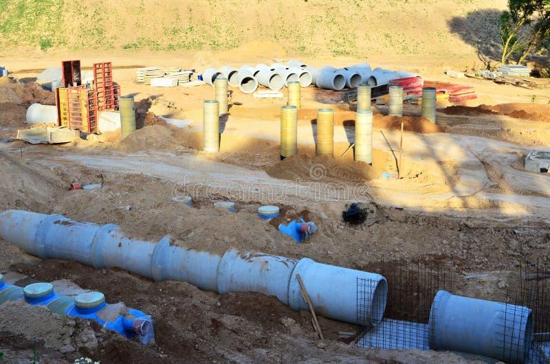 Класть или замена подземных канализационных трубов шторма Установка водопровода, санитарной сточной трубы, осушительных систем шт стоковое изображение rf