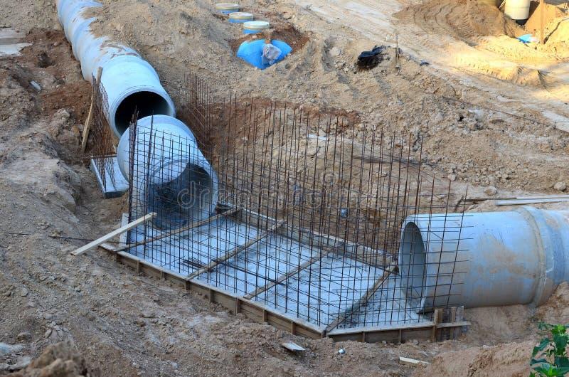 Класть или замена подземных канализационных трубов шторма Установка водопровода, санитарной сточной трубы, осушительных систем шт стоковое изображение