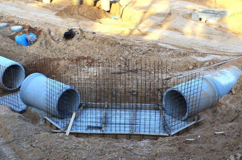 Класть или замена подземных канализационных трубов шторма Установка водопровода, санитарной сточной трубы, осушительных систем шт стоковое фото rf