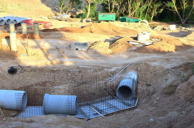 Класть или замена подземных канализационных трубов шторма Установка водопровода, санитарной сточной трубы, осушительных систем шт стоковые изображения