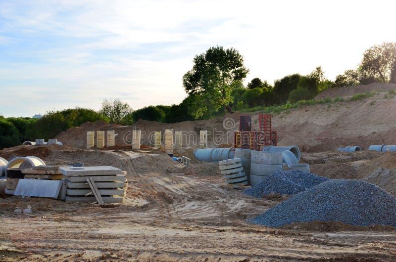 Класть или замена подземных канализационных трубов шторма Установка водопровода, санитарной сточной трубы, осушительных систем шт стоковые изображения rf