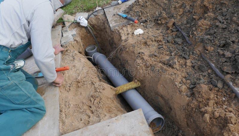 Класть и установка канализационных трубов стоковые фото