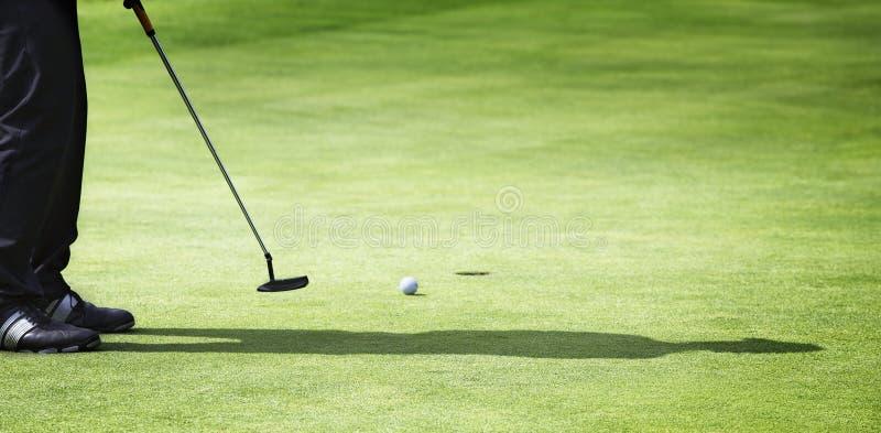 класть мужчины игрока в гольф стоковое изображение