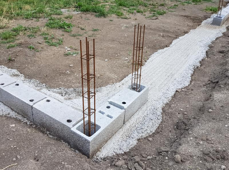 Класть учреждение нового дома на строительную площадку стоковое фото