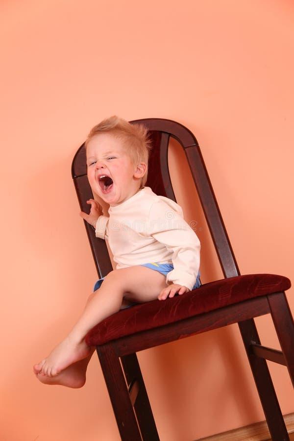 клекот падения выкрика ребенка стула стоковые фото