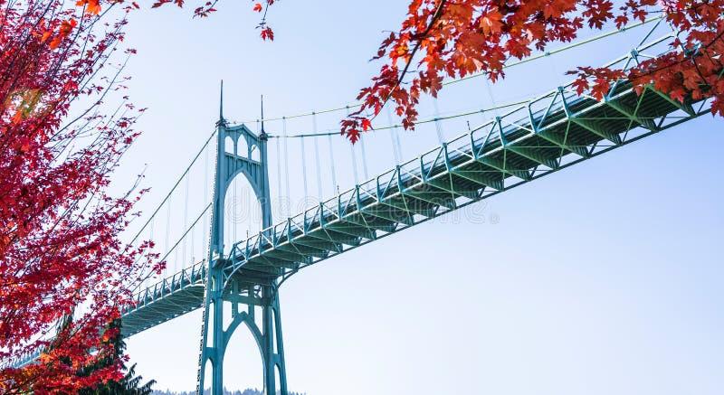 Клены моста и осени St. Johns стоковая фотография