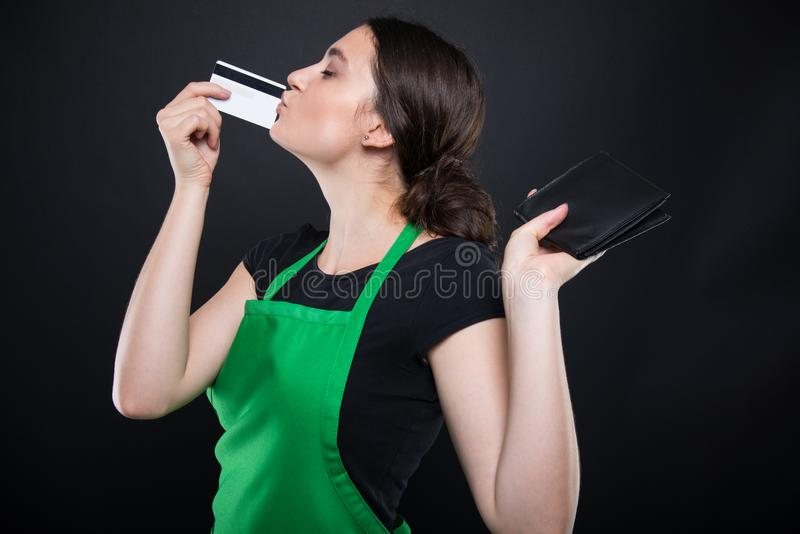 Клерк молодой женщины держа кредитную карточку стоковое фото