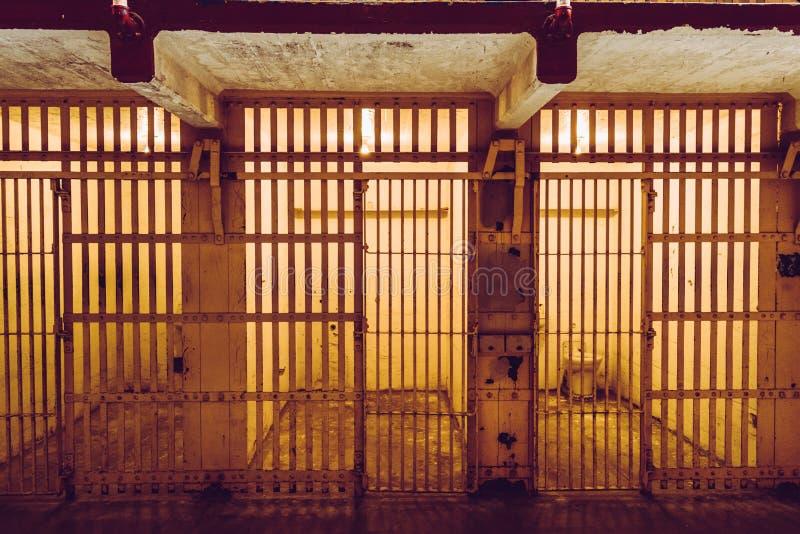 Клетки Алькатраса, в прошлом военной тюрьмы и сегодня исторического места которое ежедневно хозяйничает посещения туристов стоковые изображения rf
