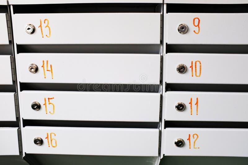 клетки хранения металла с номерами стоковые фотографии rf