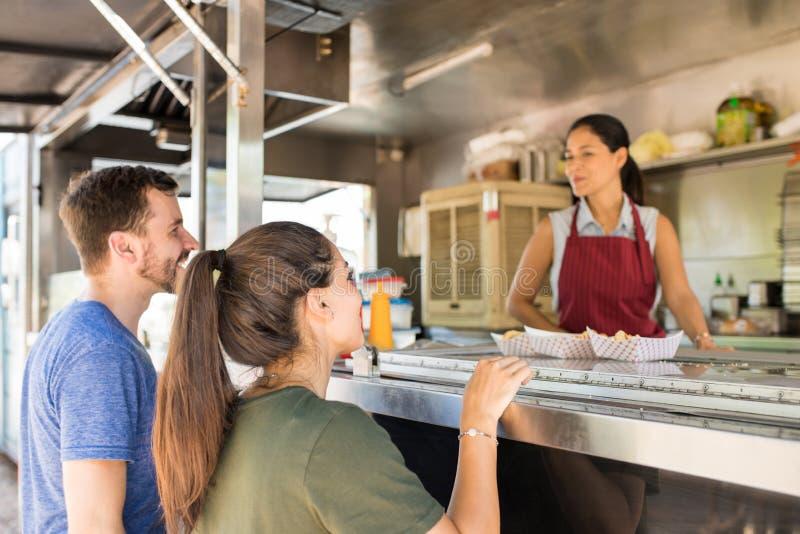Клиенты делая линию в тележке еды стоковые фотографии rf