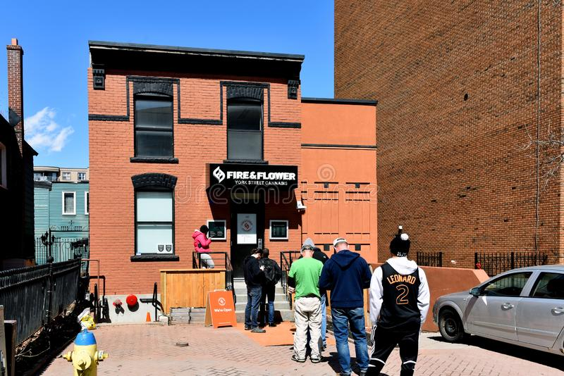 Клиенты ждут в линии для того чтобы войти магазин конопли в Оттаву, Ontaro стоковое изображение rf