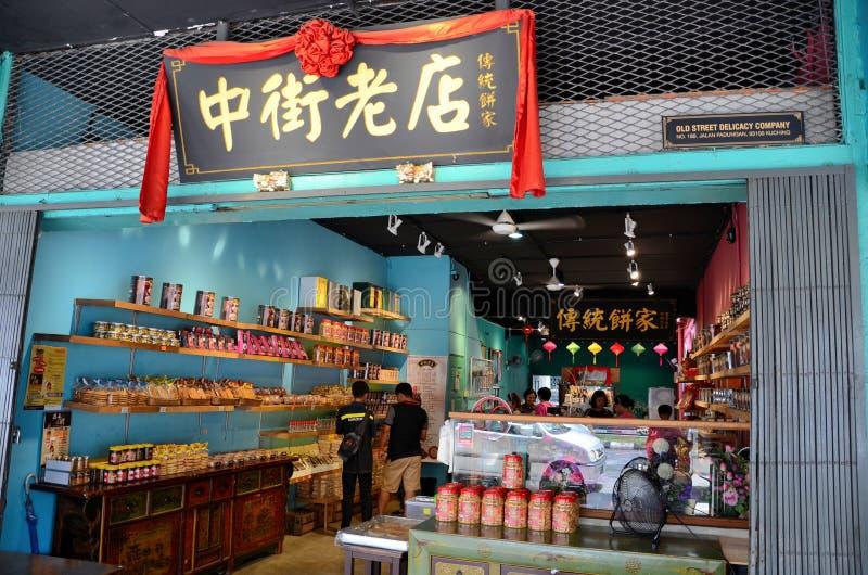 Клиенты просматривают китайский продовольственный магазин Jalan Padungan Kuching Саравак Малайзию стоковые изображения rf