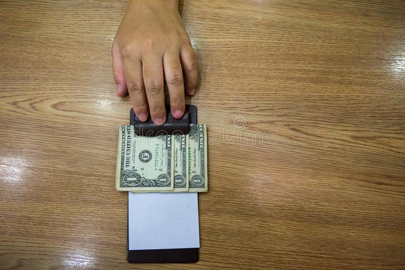 Клиент вручил наличные деньги на бумаге счета Банкнота доллара США наклоняет в кожаном черном получении счета стоковые изображения rf