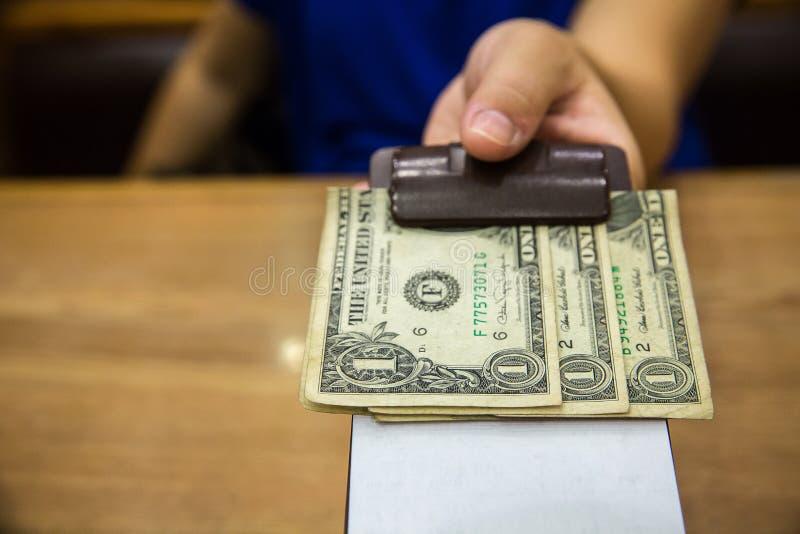 Клиент вручил наличные деньги на бумаге счета Банкнота доллара США наклоняет в кожаном черном получении счета стоковое фото rf