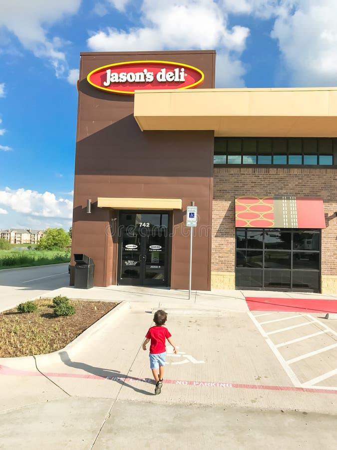 Клиент входит сеть ресторанов гастронома Джейсона в Lewisville, Техас, стоковая фотография rf
